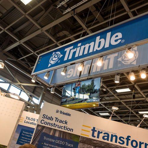 expokom GmbH | Deckenbefestigung Messestand Trimble