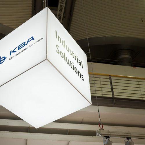 expokom GmbH | Deckenwuerfel Messestand KBA